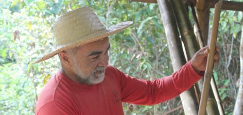 Rosival, arte-educador, palhaço e mestre de bambu